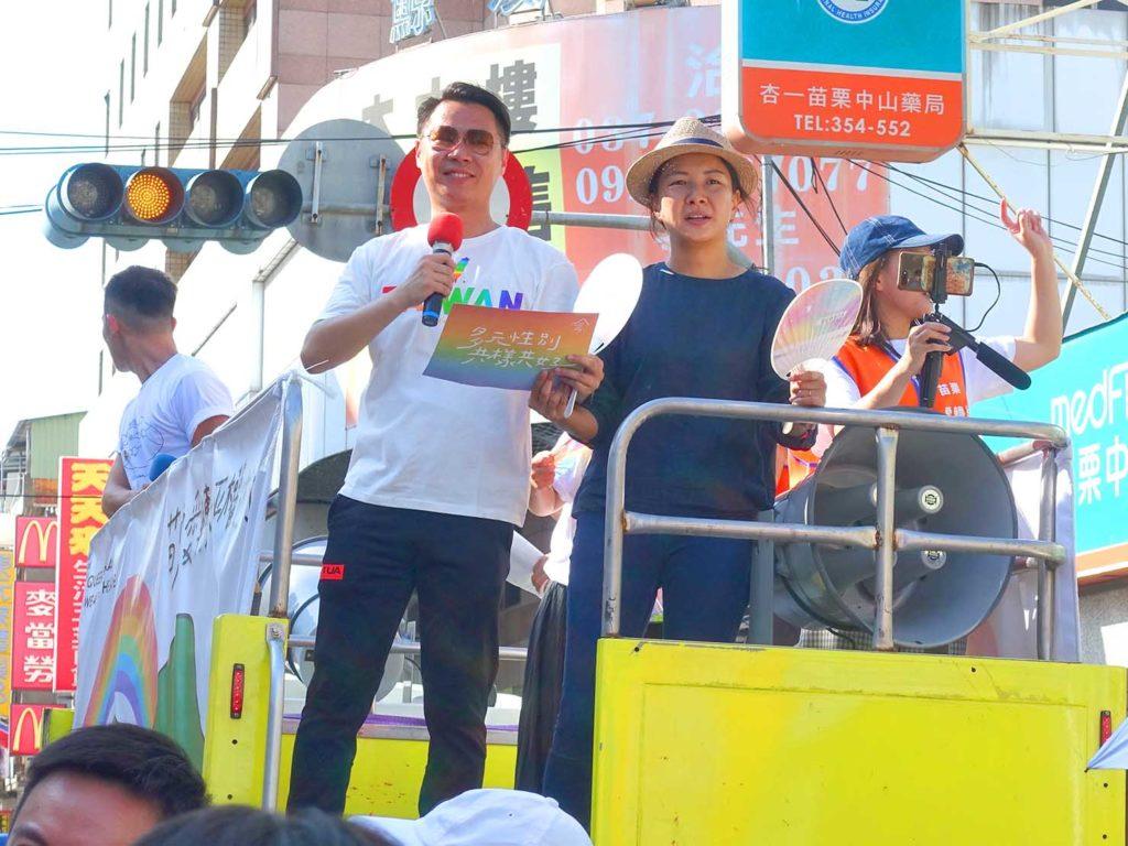 「苗栗愛轉來平權遊行」2020のパレードで先導車に立つ苗栗縣議員の方