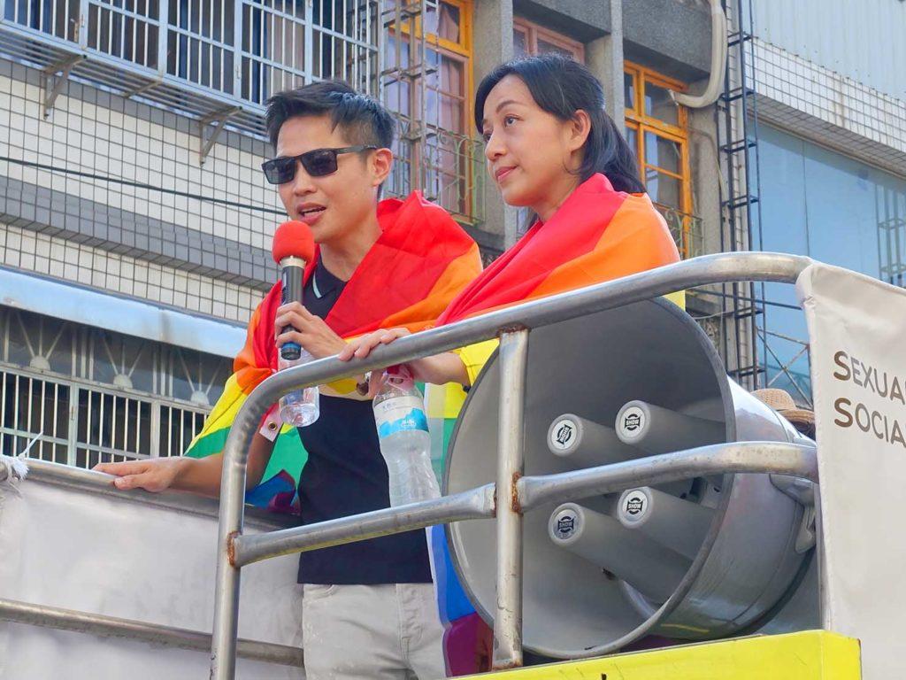 「苗栗愛轉來平權遊行」2020のパレードで先導車に立つ政治家の方
