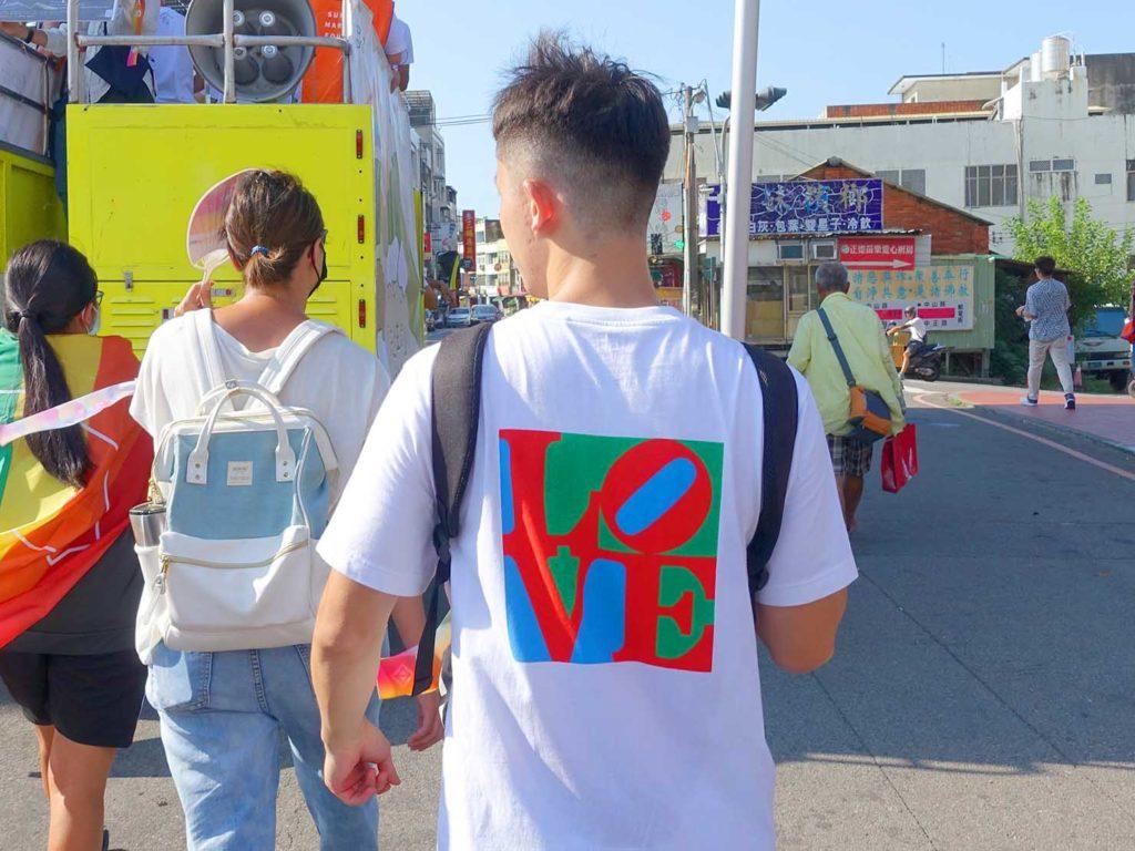 「苗栗愛轉來平權遊行」2020のパレードでLOVEのTシャツを着た参加者