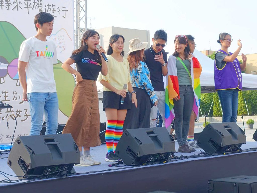 「苗栗愛轉來平權遊行」2020の会場ステージに立つ台湾各地の議員のみなさん