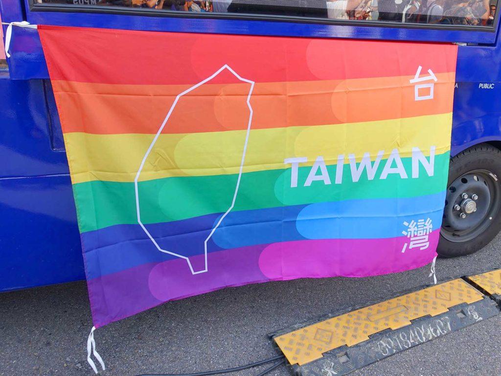「苗栗愛轉來平權遊行」2020の会場に掲げられた台湾のレインボーフラッグ