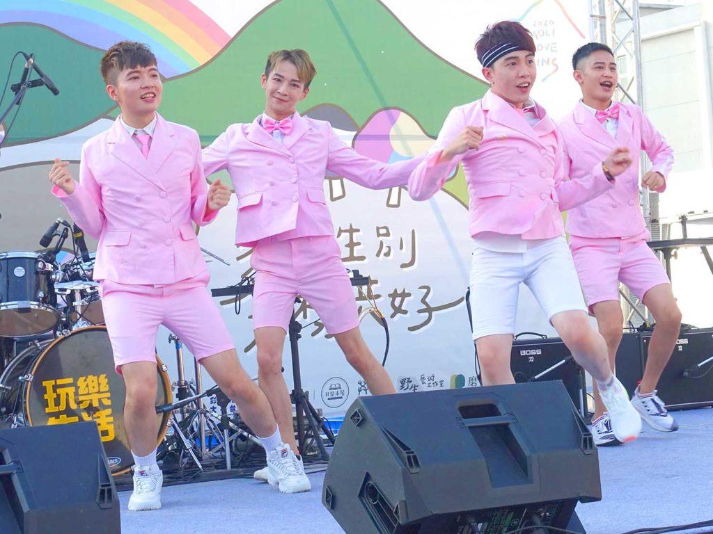 「苗栗愛轉來平權遊行」2020の会場ステージでダンスパフォーマンスをするユニット