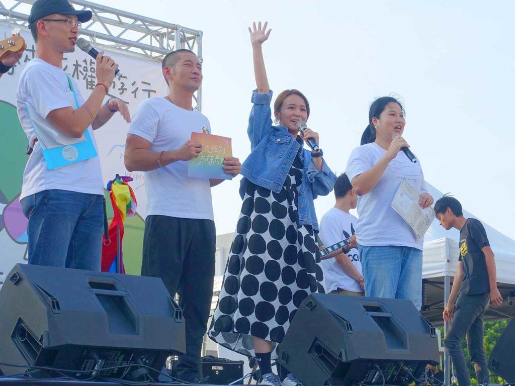 「苗栗愛轉來平權遊行」2020の会場ステージからスピーチをする陳明珠さん