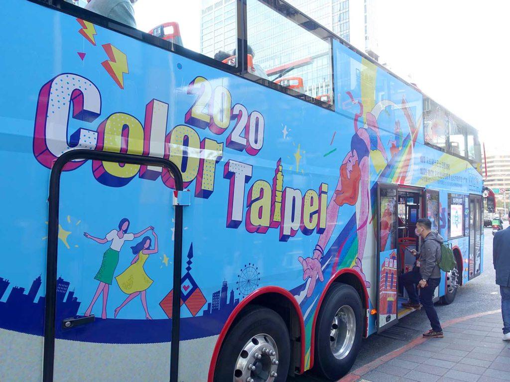 台北のLGBTスポットを巡る観光バス「Color Taipei 彩虹觀光巴士」のラッピング