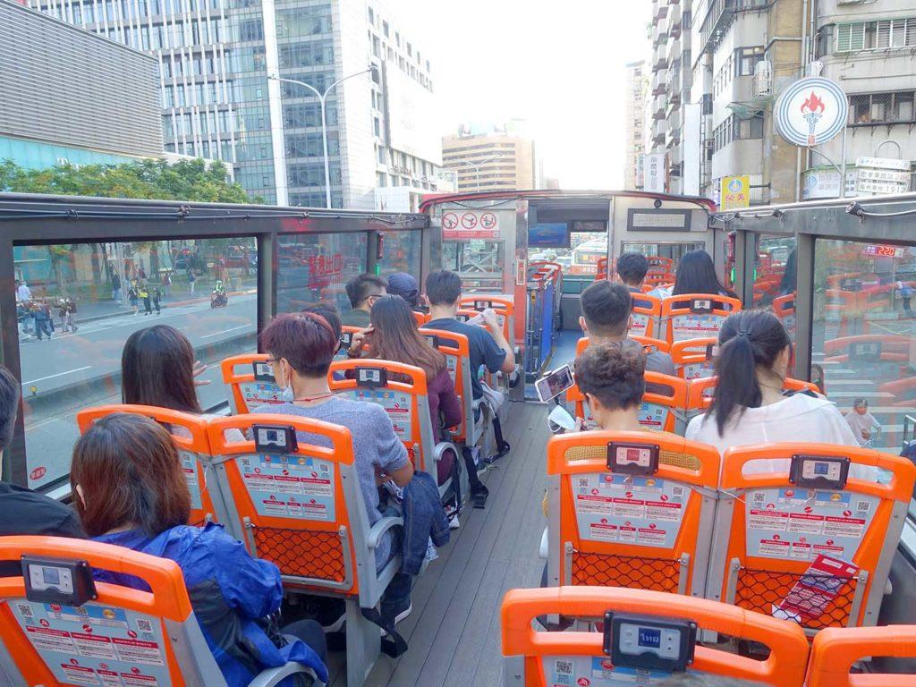 台北のLGBTスポットを巡る観光バス「Color Taipei 彩虹觀光巴士」バス2階のオープン席