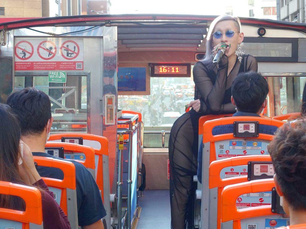 台北のLGBTスポットを巡る観光バス「Color Taipei 彩虹觀光巴士」ガイドを務めるドラァグクイーンの女王さん