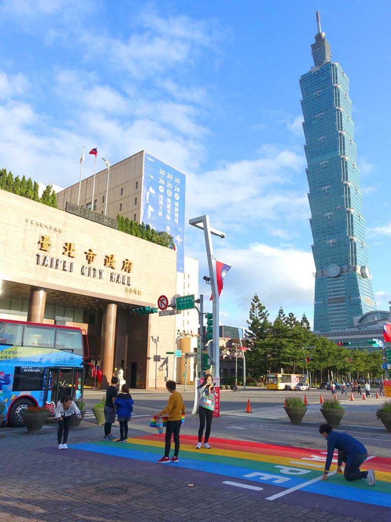 台北のLGBTスポットを巡る観光バス「Color Taipei 彩虹觀光巴士」の第1スポット・台北市政府前のレインボー歩道と台北101