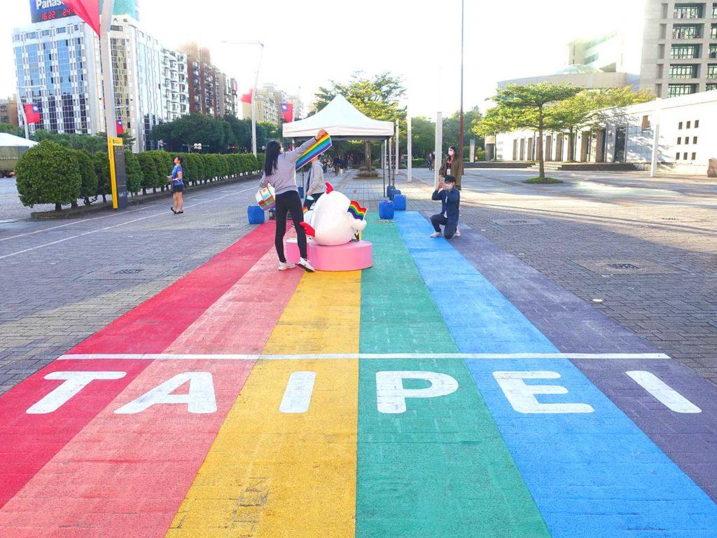 台北のLGBTスポットを巡る観光バス「Color Taipei 彩虹觀光巴士」の第1スポット・台北市政府前のレインボー歩道