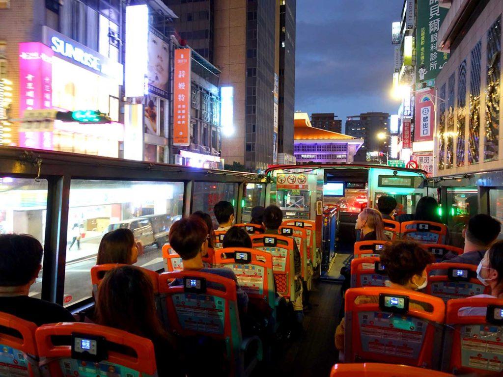 台北のLGBTスポットを巡る観光バス「Color Taipei 彩虹觀光巴士」で走る台北駅前