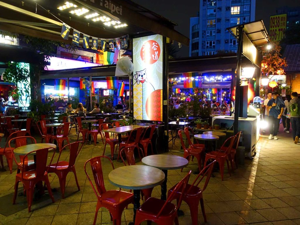 台北のLGBTスポットを巡る観光バス「Color Taipei 彩虹觀光巴士」の第3スポット・西門紅樓のオープンテラス