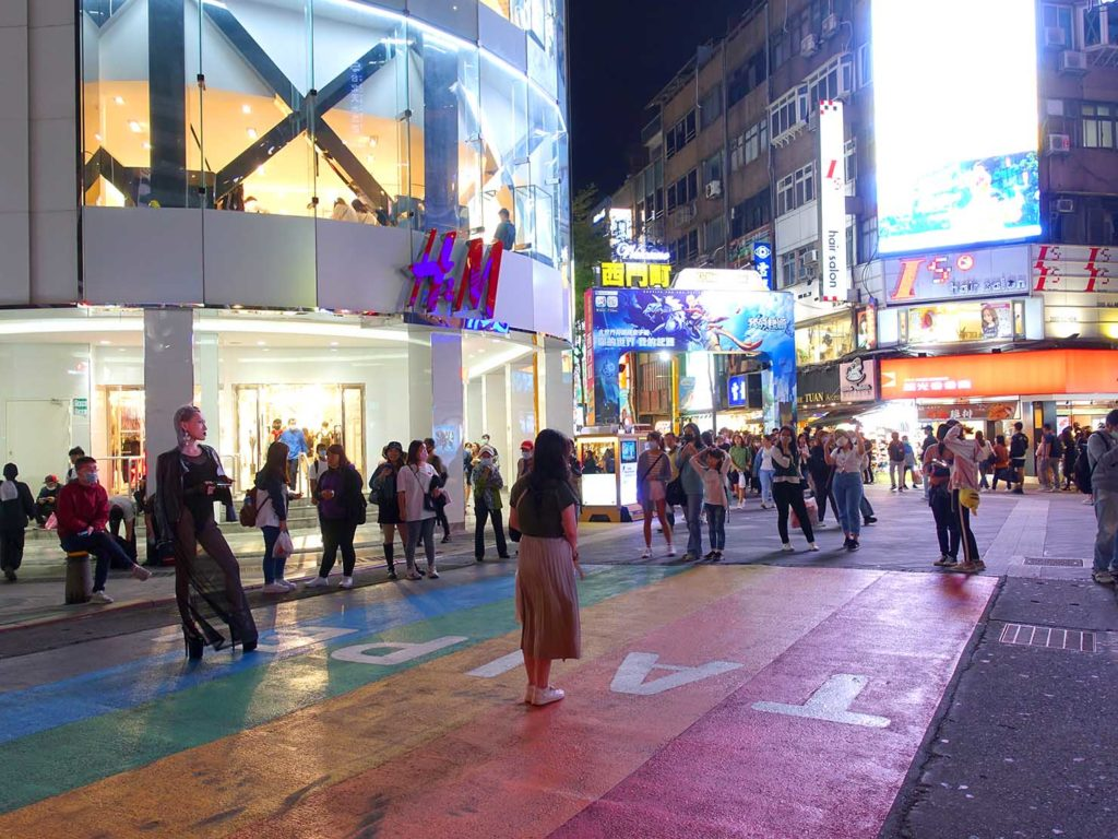 台北のLGBTスポットを巡る観光バス「Color Taipei 彩虹觀光巴士」の第3スポット・西門駅前のレインボー歩道