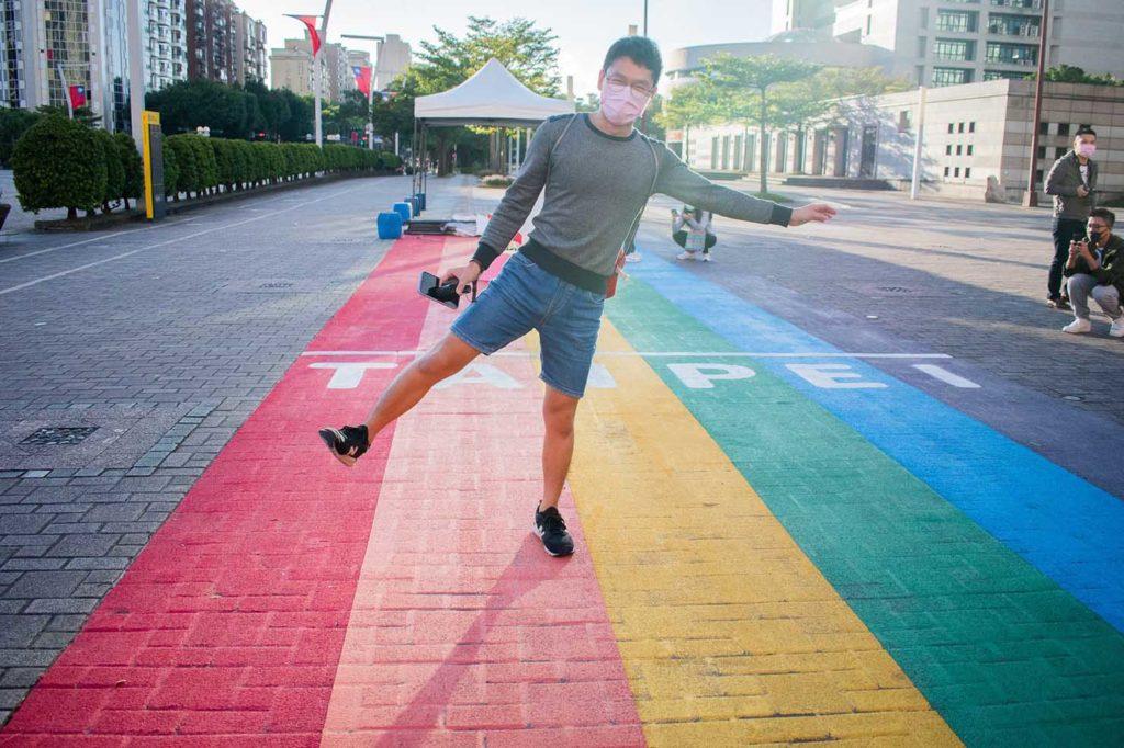 台北のLGBTスポットを巡る観光バス「Color Taipei 彩虹觀光巴士」の第1スポット・台北市政府前のレインボー歩道で記念撮影する作者