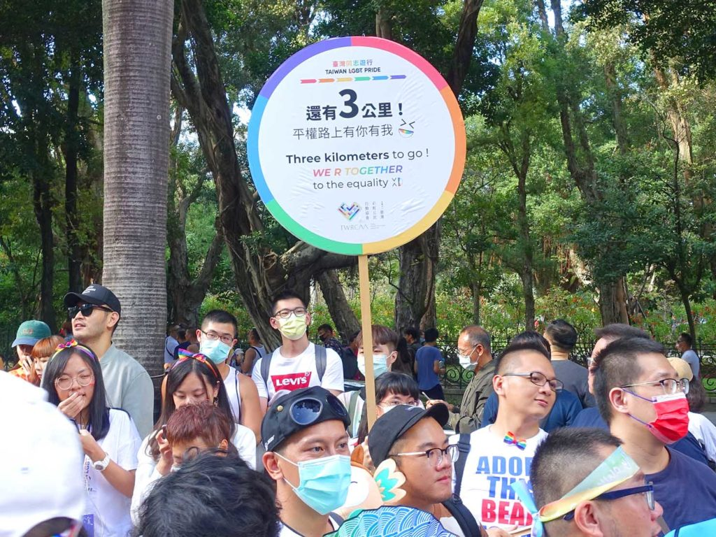 台灣同志遊行(台湾LGBTプライド)2020のパレードで残りの距離を伝える看板