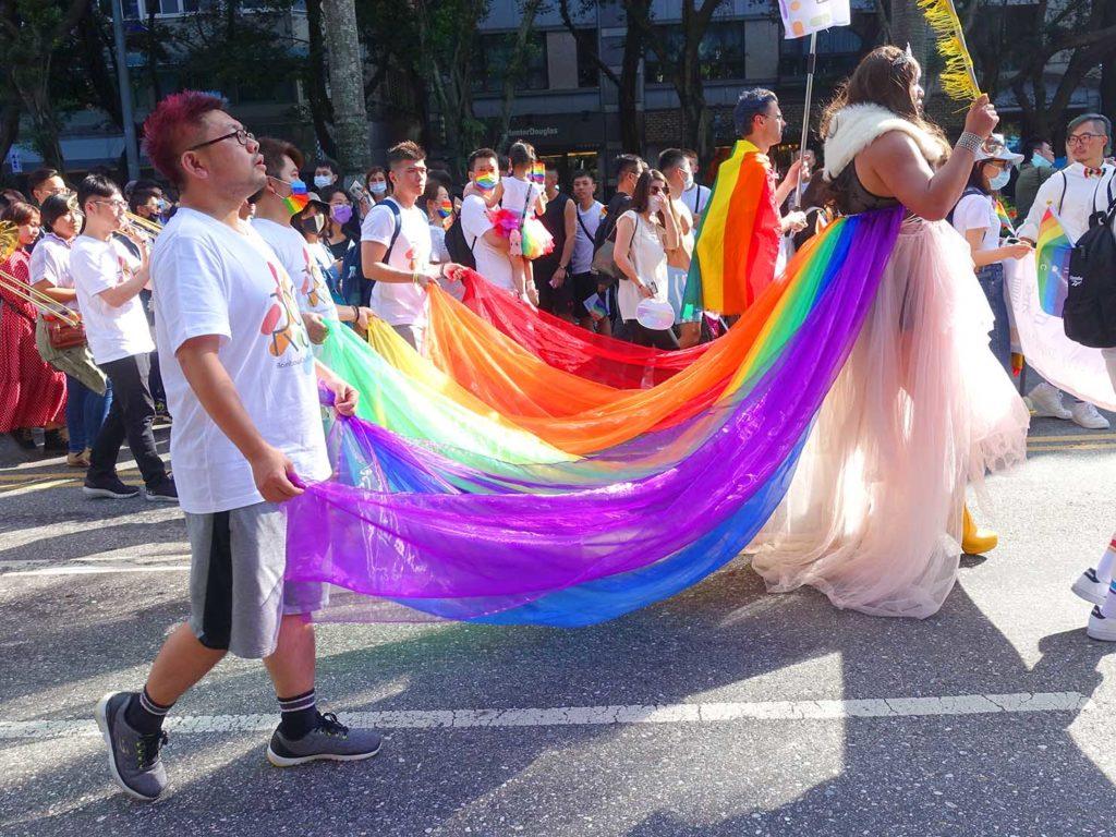 台灣同志遊行(台湾LGBTプライド)2020のパレードでマーチングバンドを先導して歩くドラァグクイーン