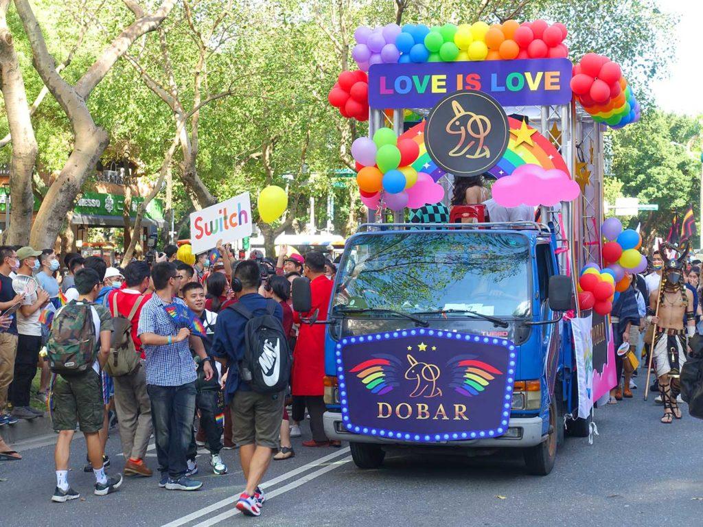 台灣同志遊行(台湾LGBTプライド)2020のパレードを先導する「DO BAR」のパレードカー