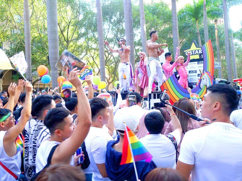 台灣同志遊行(台湾LGBTプライド)2020の「G-STAR」パレードカー周辺で盛り上がる参加者