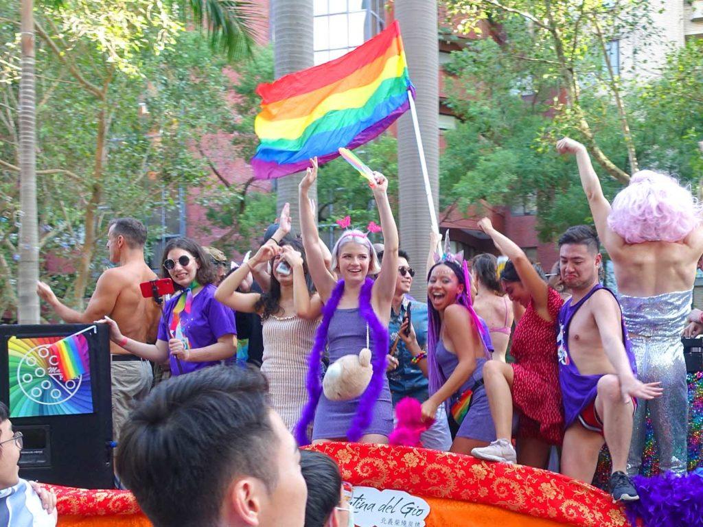 台灣同志遊行(台湾LGBTプライド)2020のパレードカーでパフォーマンスする参加者たち