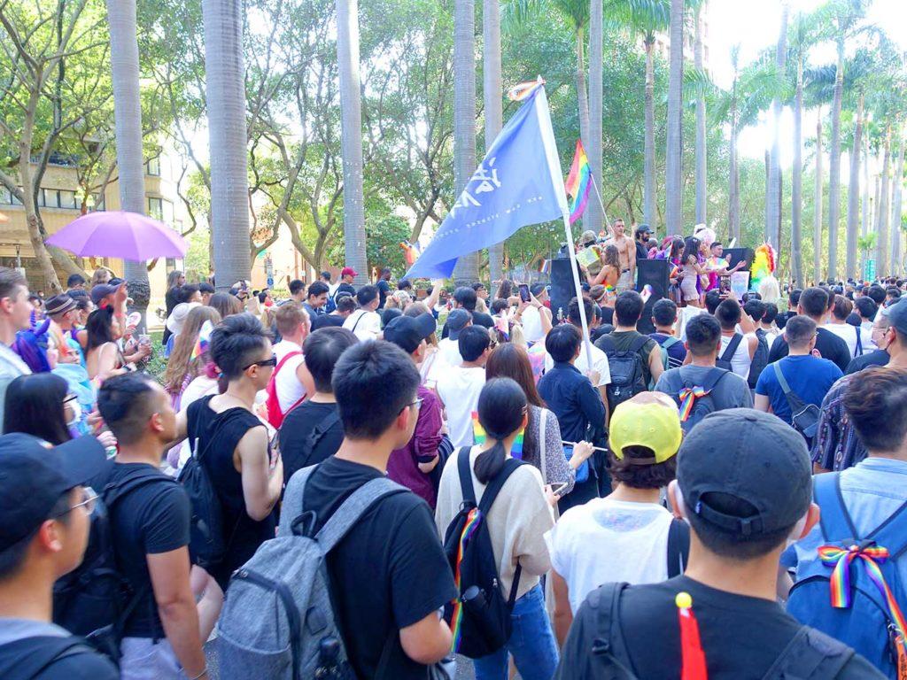 台灣同志遊行(台湾LGBTプライド)2020のパレードカー周辺で盛り上がる参加者たち