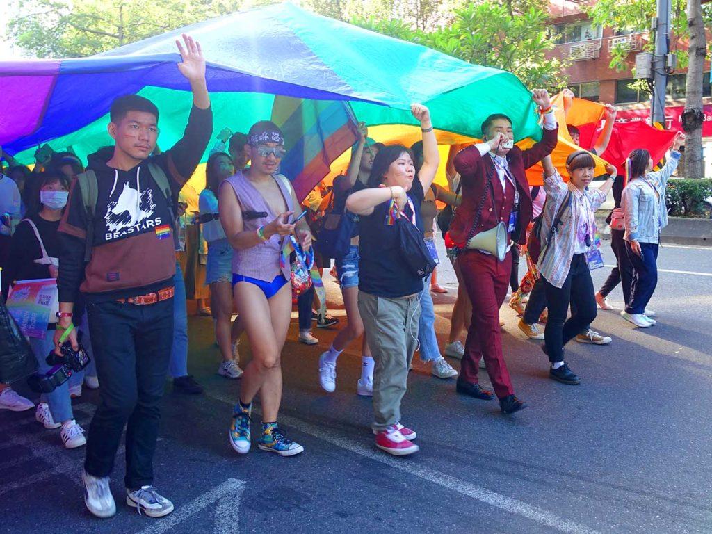台灣同志遊行(台湾LGBTプライド)2020のパレードで巨大レインボーフラッグを掲げて先導する参加者