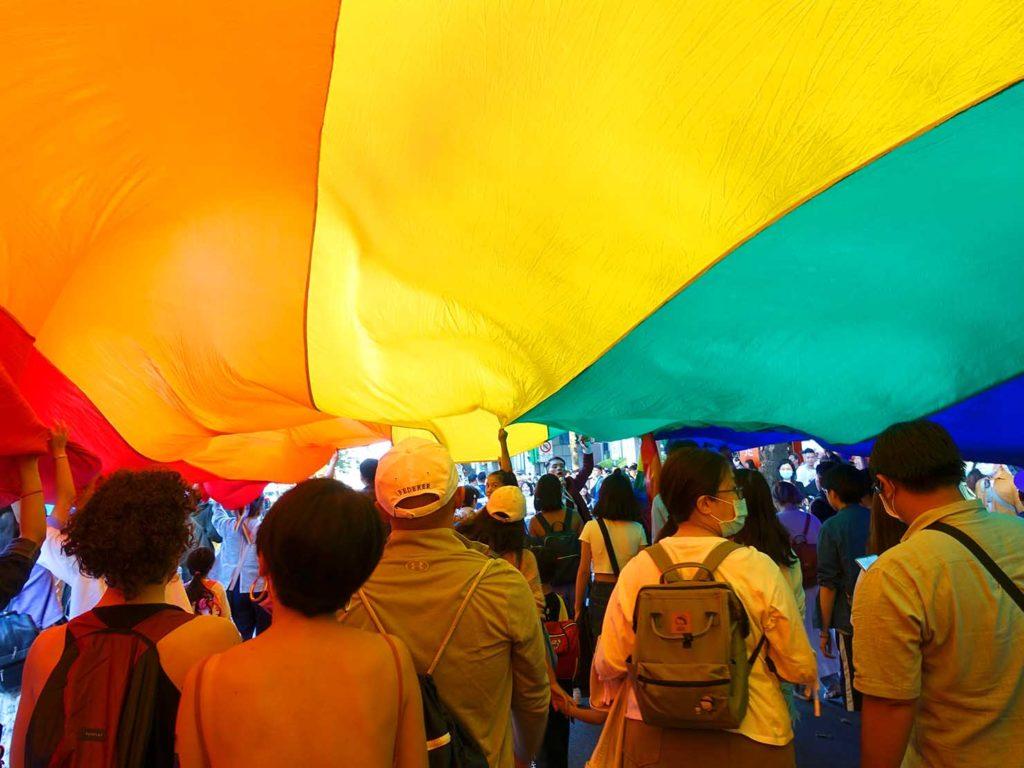 台灣同志遊行(台湾LGBTプライド)2020のパレードで巨大レインボーフラッグの中