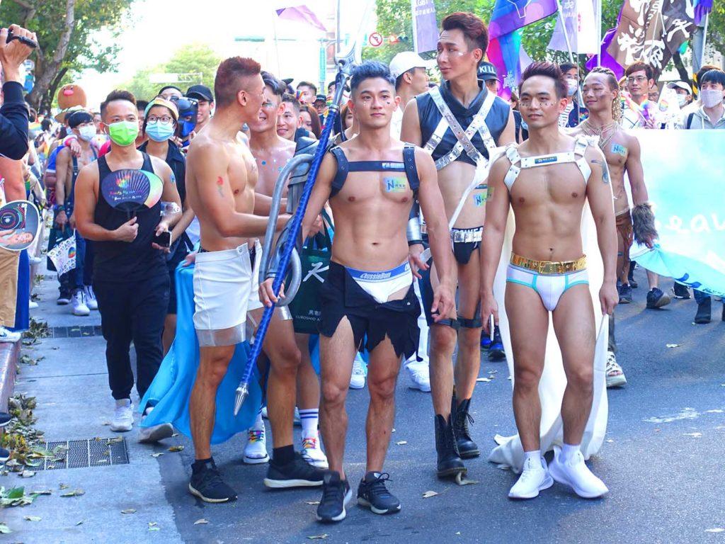 台灣同志遊行(台湾LGBTプライド)2020のパレードを歩くボーイズたち