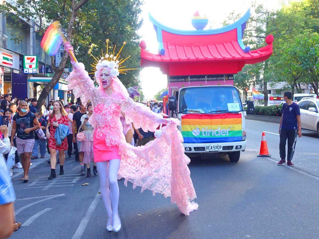 台灣同志遊行(台湾LGBTプライド)2020のパレードを歩くドラァグクイーン