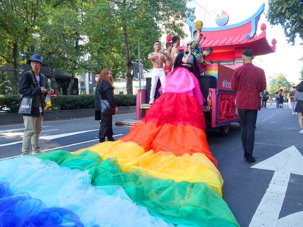 台灣同志遊行(台湾LGBTプライド)2020のパレードカーに立つドラッグクイーン