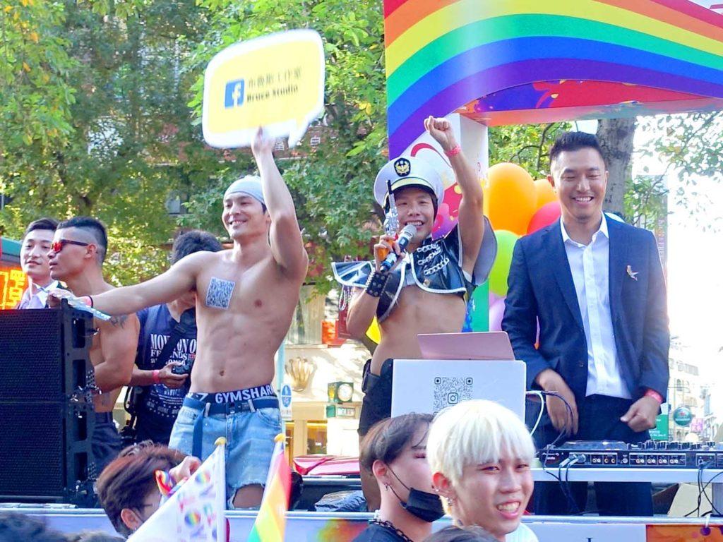 台灣同志遊行(台湾LGBTプライド)2020のパレードカーに立つ網紅とDJ