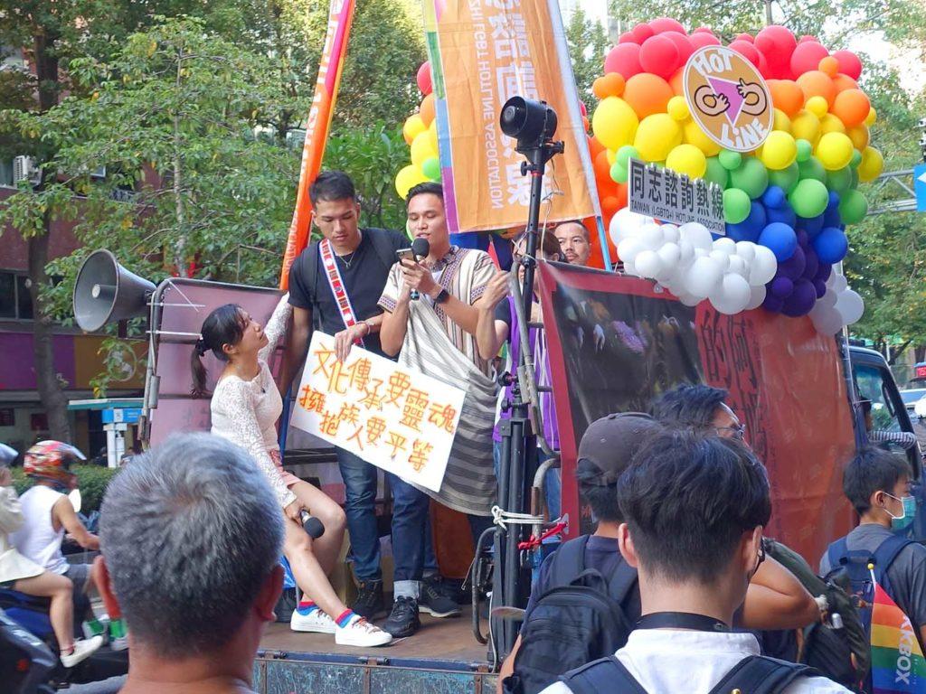 台灣同志遊行(台湾LGBTプライド)2020のパレードカーからスピーチする台灣原住民族の参加者