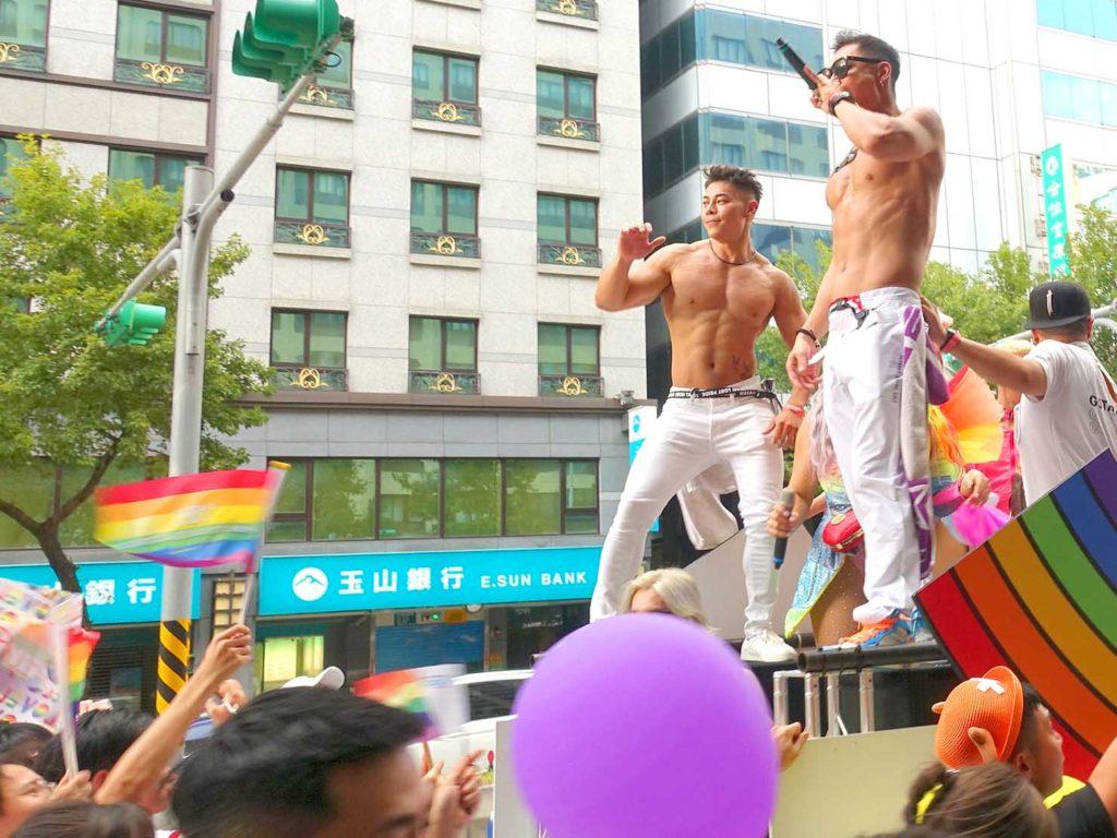 台灣同志遊行(台湾LGBTプライド)2020のパレードカーから参加者を盛り上げるGOGO