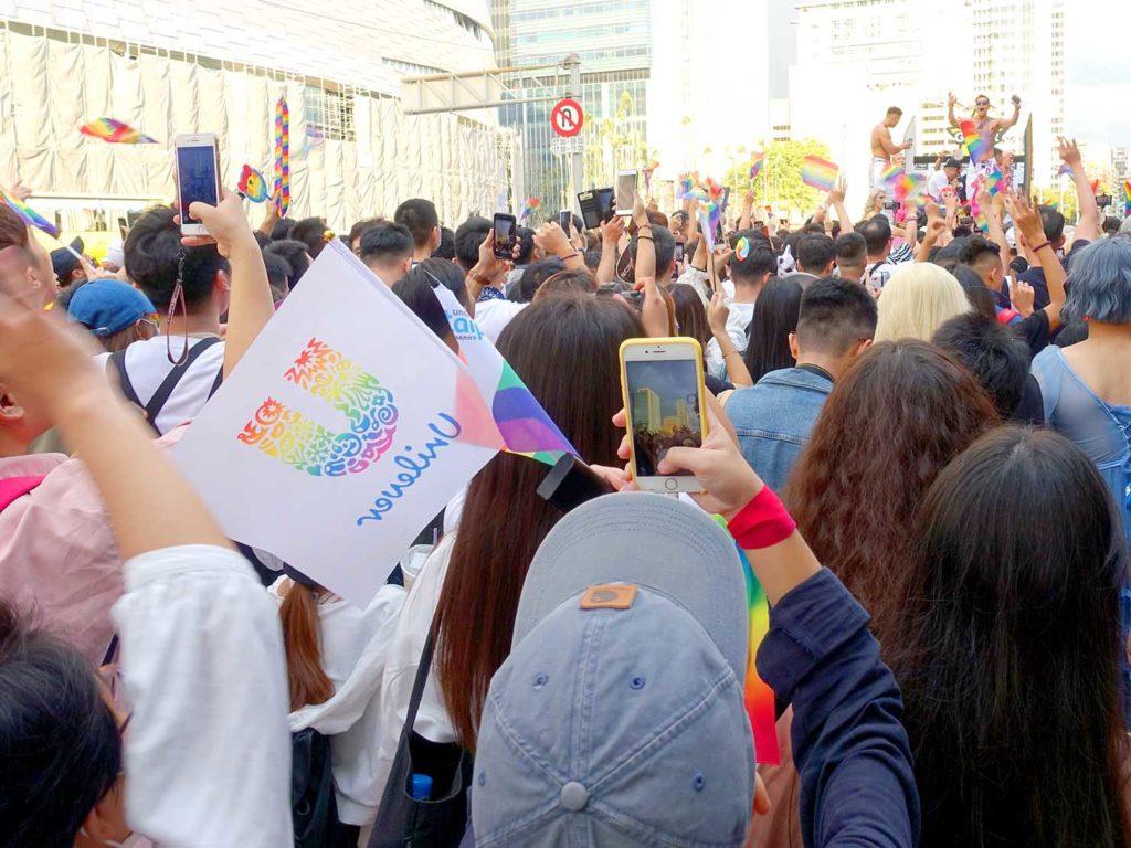 台灣同志遊行(台湾LGBTプライド)2020のパレードでGOGOと一緒に盛り上がる参加者たち
