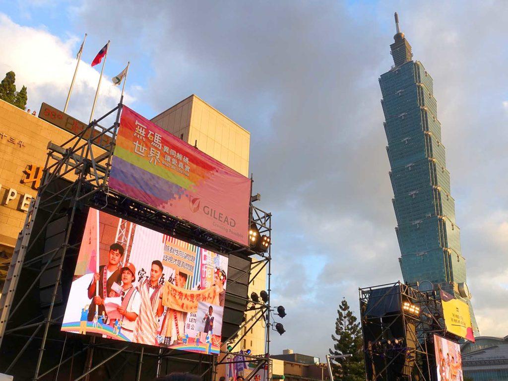 台灣同志遊行(台湾LGBTプライド)2020の会場に設置された大型モニター