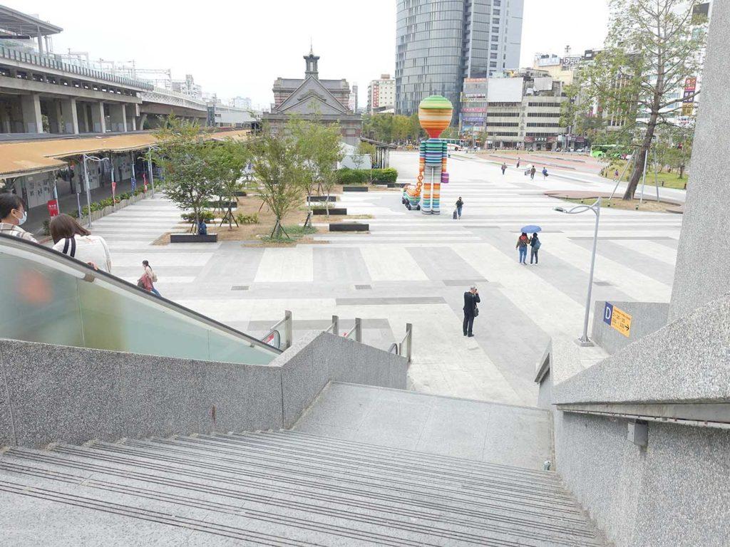 台鐵(台湾鉄道)台中駅の駅前広場へと伸びる階段