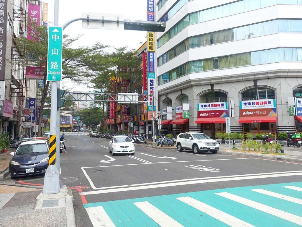 台鐵(台湾鉄道)台中駅前から伸びる中山路