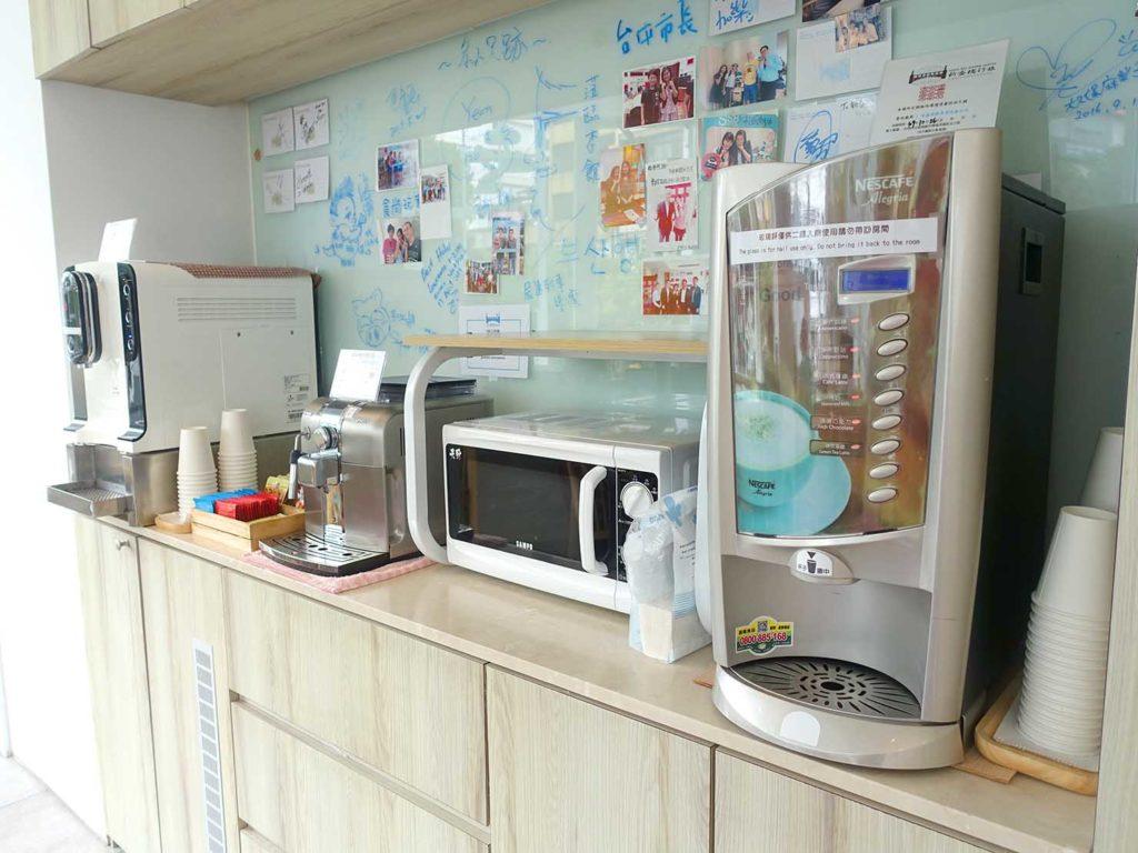 台中駅徒歩5分のおすすめホテル「新盛橋行旅」のコミュニティスペースに準備されたコーヒーマシン