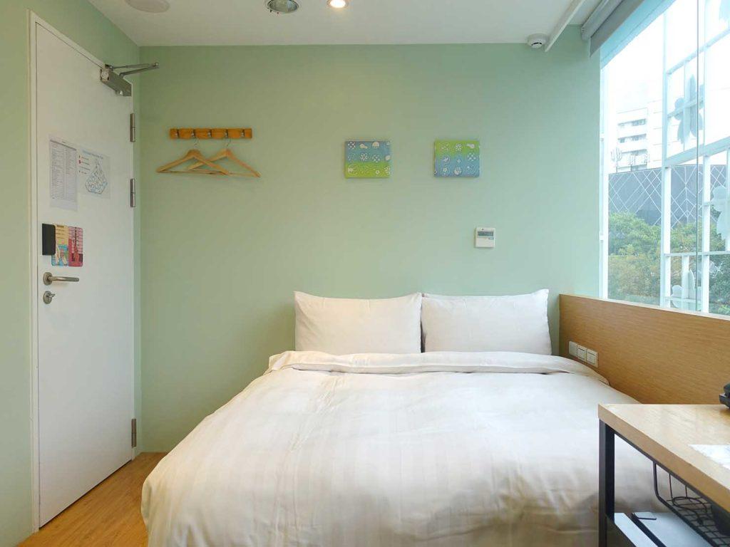 台中駅徒歩5分のおすすめホテル「新盛橋行旅」シティービュー・ダブルルームをバスルーム側から
