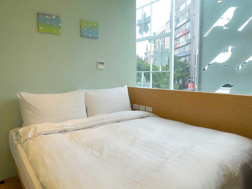 台中駅徒歩5分のおすすめホテル「新盛橋行旅」シティービュー・ダブルルームのベッド