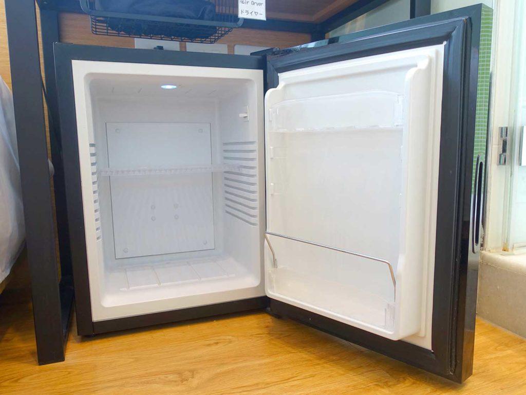 台中駅徒歩5分のおすすめホテル「新盛橋行旅」シティービュー・ダブルルームの冷蔵庫