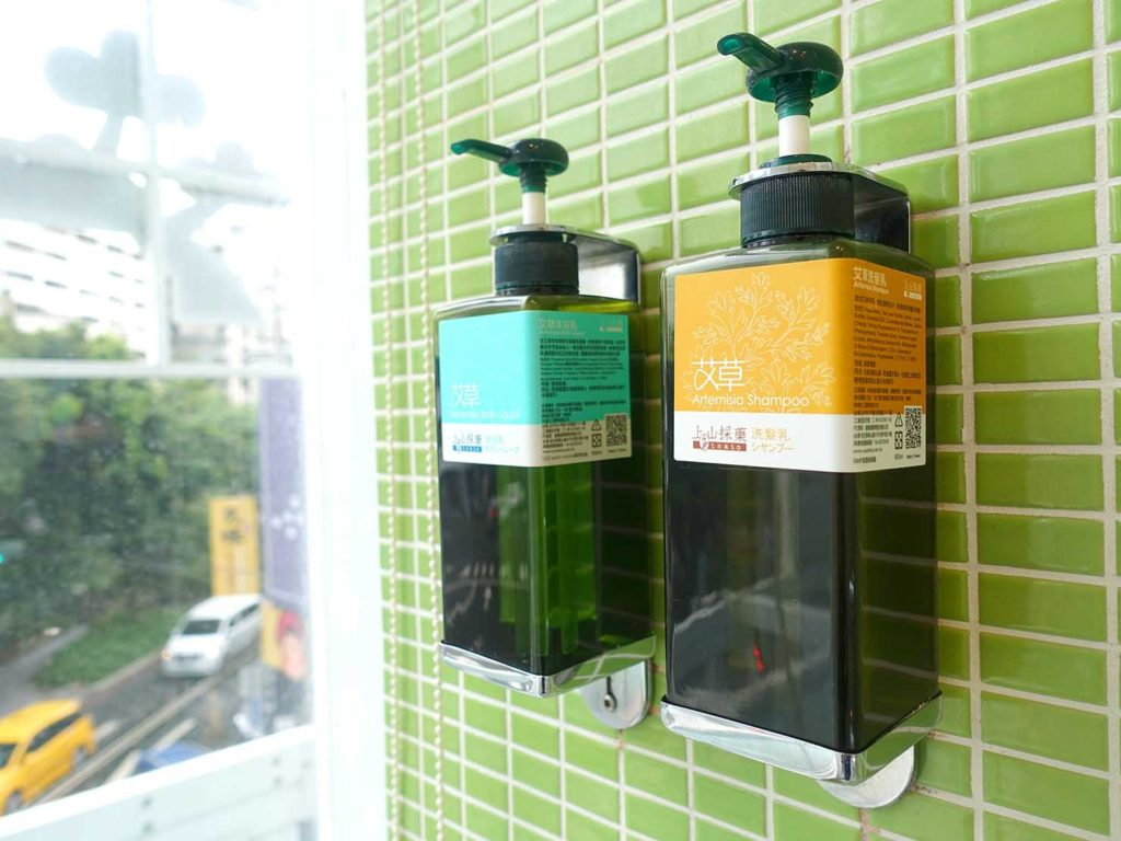 台中駅徒歩5分のおすすめホテル「新盛橋行旅」シティービュー・ダブルルームのシャワースペースに準備されたボディソープ類