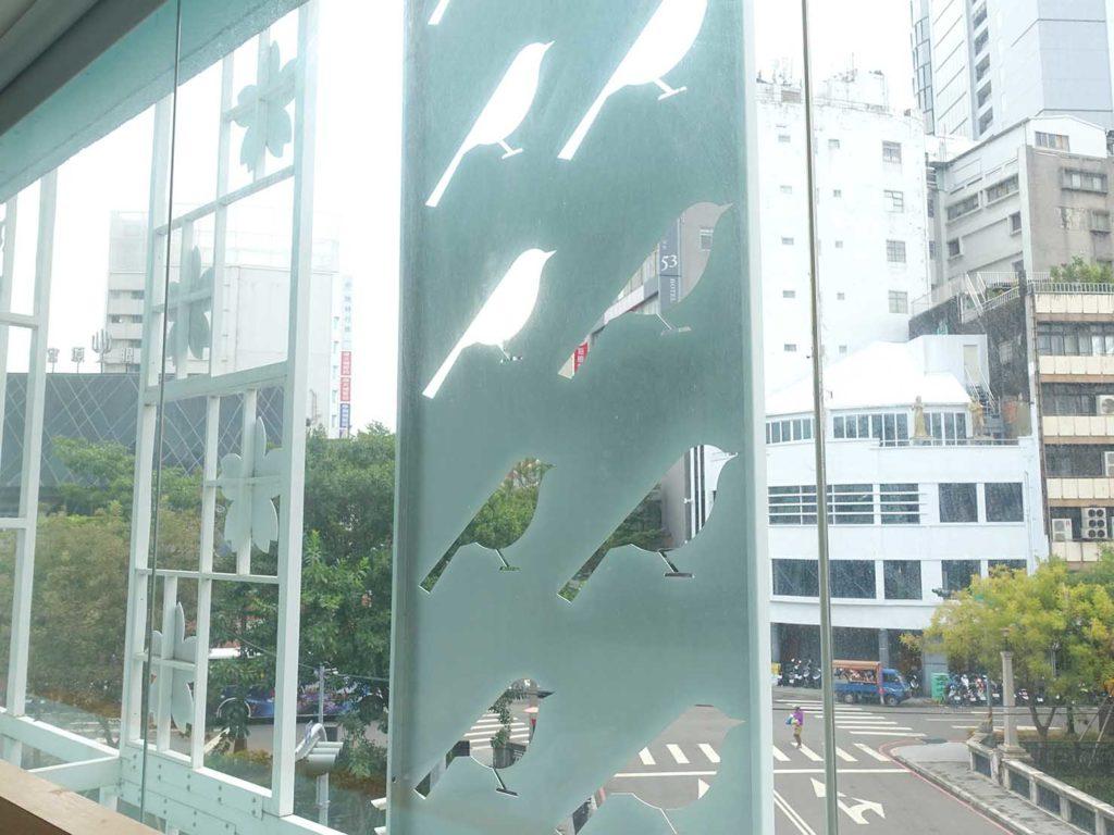 台中駅徒歩5分のおすすめホテル「新盛橋行旅」シティービュー・ダブルルームの窓