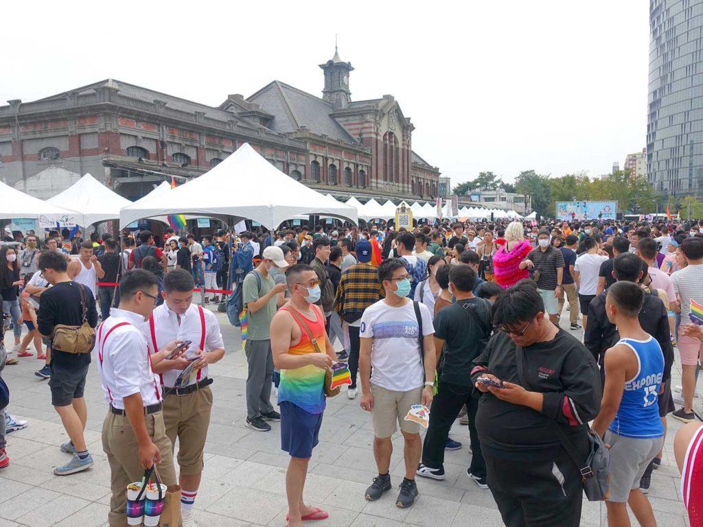 台中同志遊行(台中LGBTプライド)2020の会場となった台中駅前に集まる参加者たち