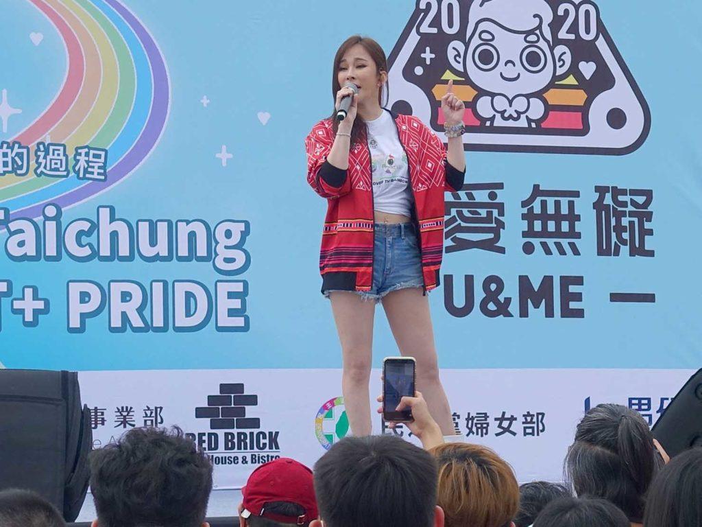 台中同志遊行(台中LGBTプライド)2020会場の特設ステージに立つアーティスト・溫嵐さん