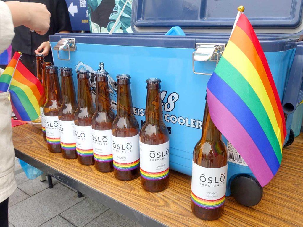 台中同志遊行(台中LGBTプライド)2020会場の特設ブースに並べられたボトル