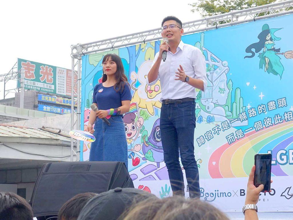 台中同志遊行(台中LGBTプライド)2020の特設ステージに立つ高雄市議会議員