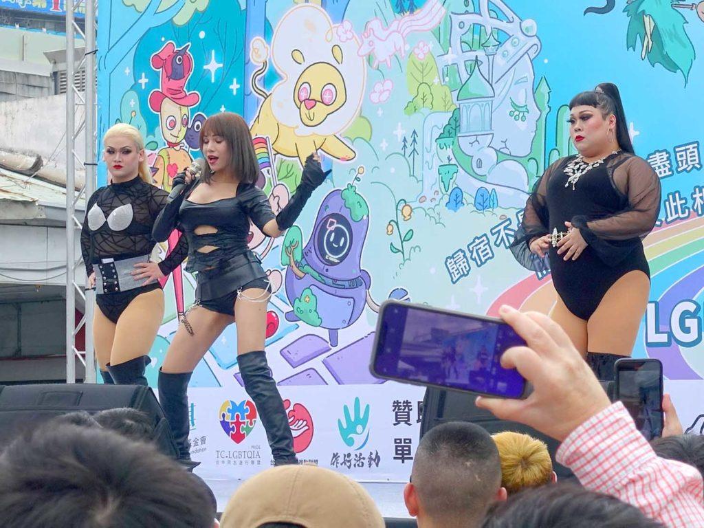 台中同志遊行(台中LGBTプライド)2020の特設ステージでパフォーマンスするダンスユニット