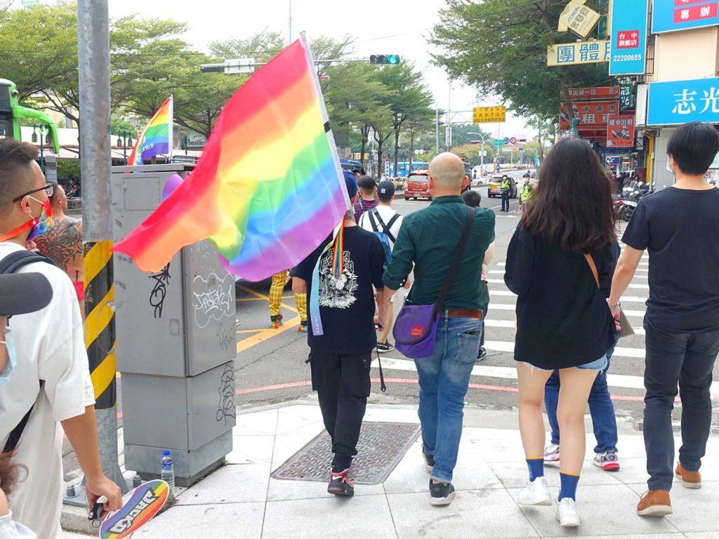 台中同志遊行(台中LGBTプライド)2020のパレードで大きなレインボーフラッグを持って歩く参加者
