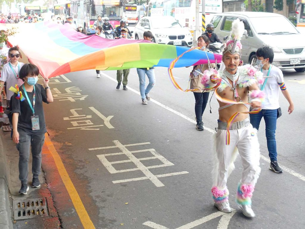 台中同志遊行(台中LGBTプライド)2020のパレードでレインボーフラッグを先導するユニコーン