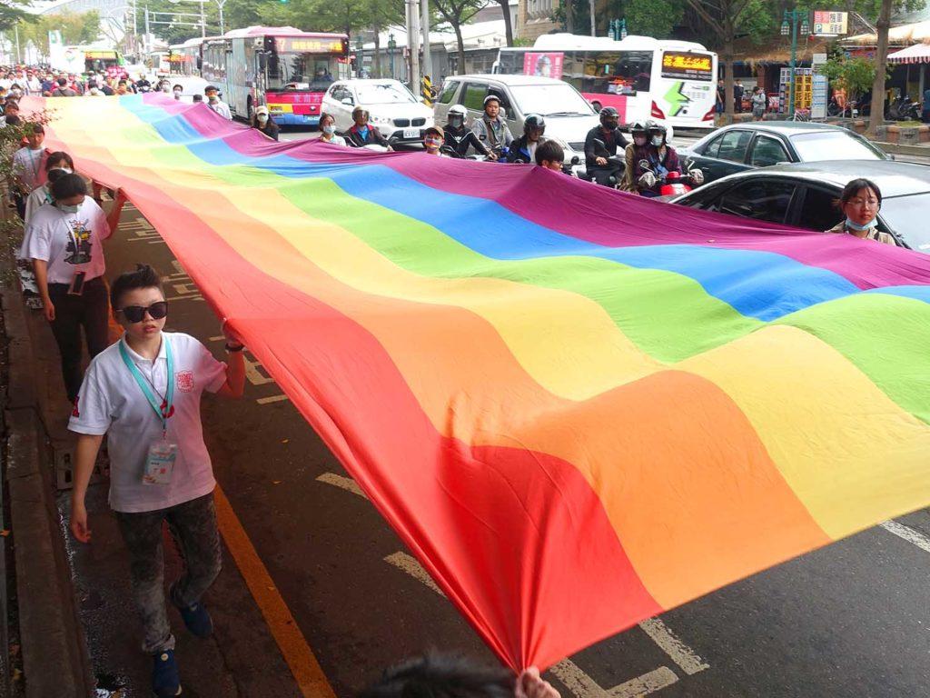 台中同志遊行(台中LGBTプライド)2020のパレードに登場した巨大レインボーフラッグ