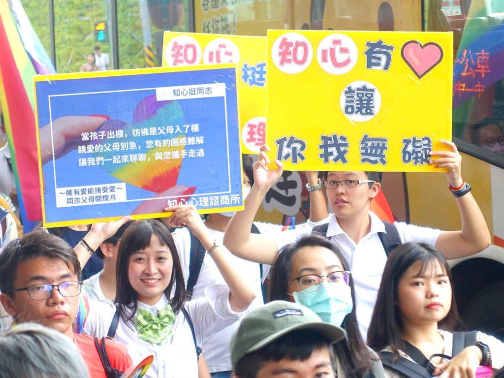 台中同志遊行(台中LGBTプライド)2020のパレードでプラカードを掲げる参加者