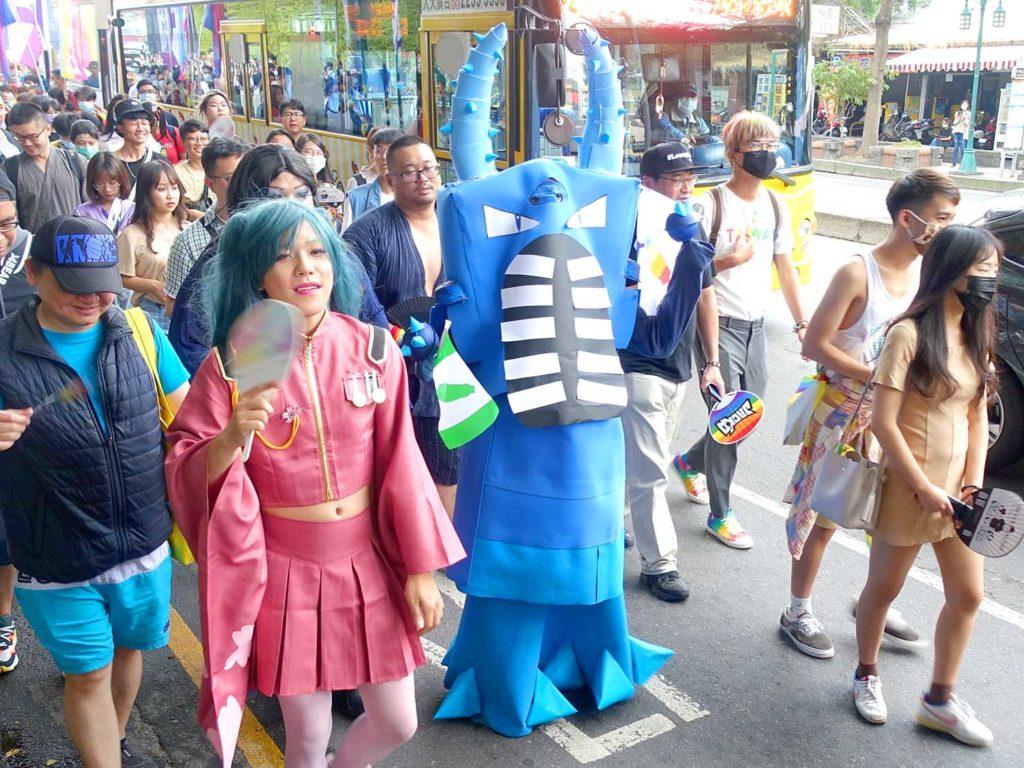 台中同志遊行(台中LGBTプライド)2020のパレードをコスプレで歩く参加者